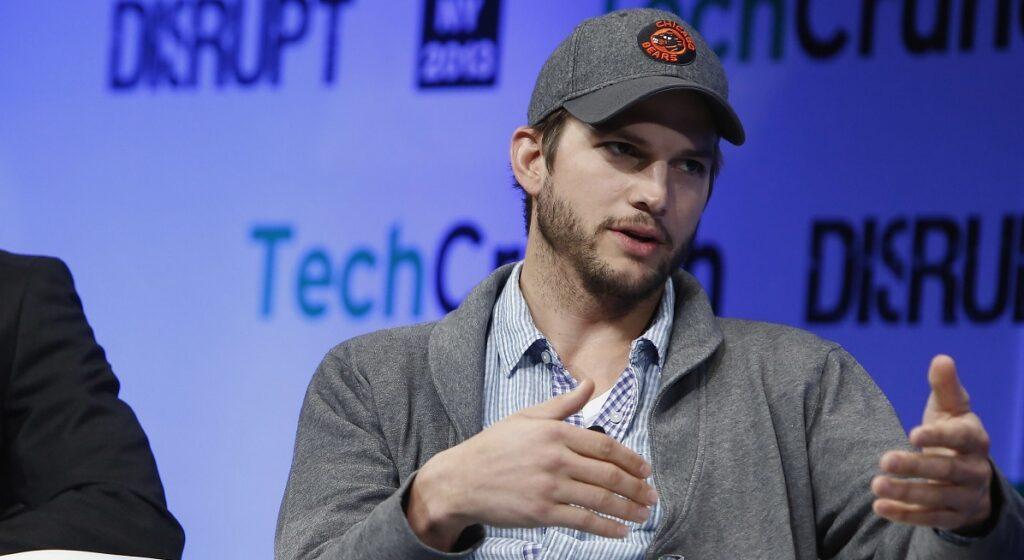 Ashton Kutcher en un evento sobre tecnología - famosos que hablan o compran bitcoin