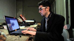 Amir Taaki en su computadora