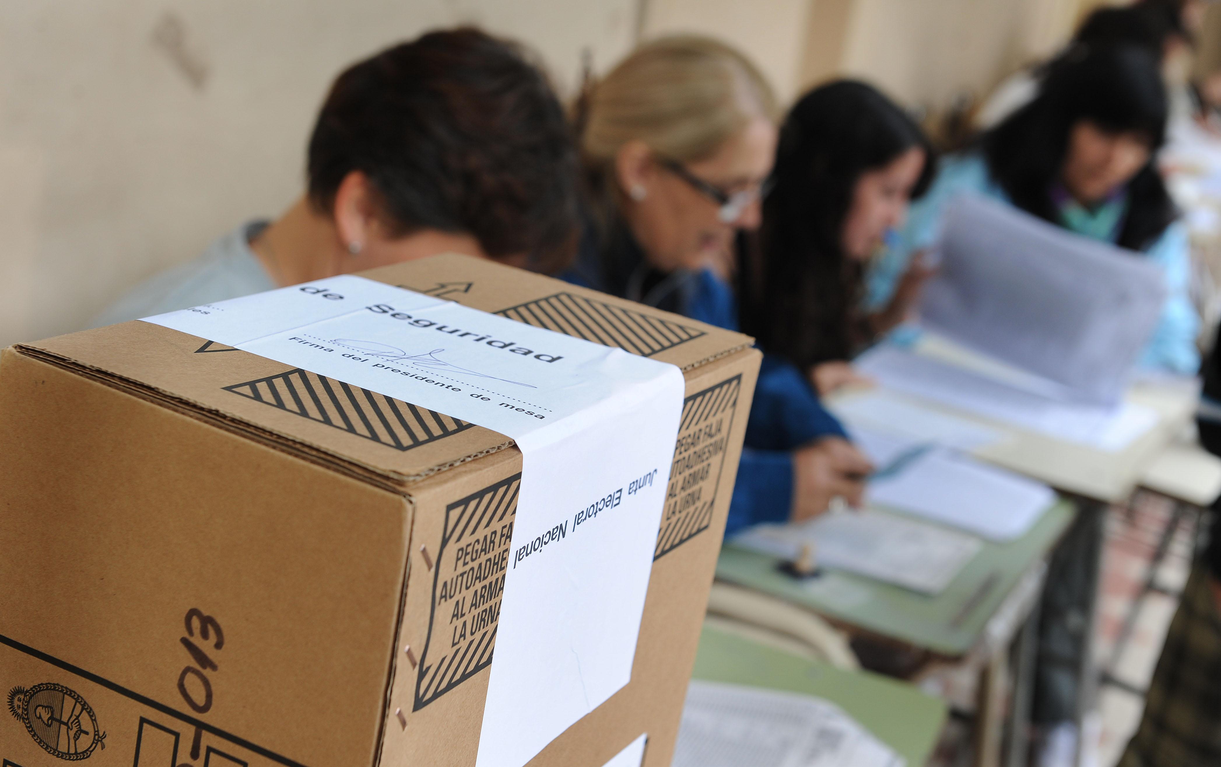 23-10-2011 CIUDAD// elecciones generales para presidente 2012  colegio Manuel Belgrano gente votando mirando lista foto Francisco Guillen