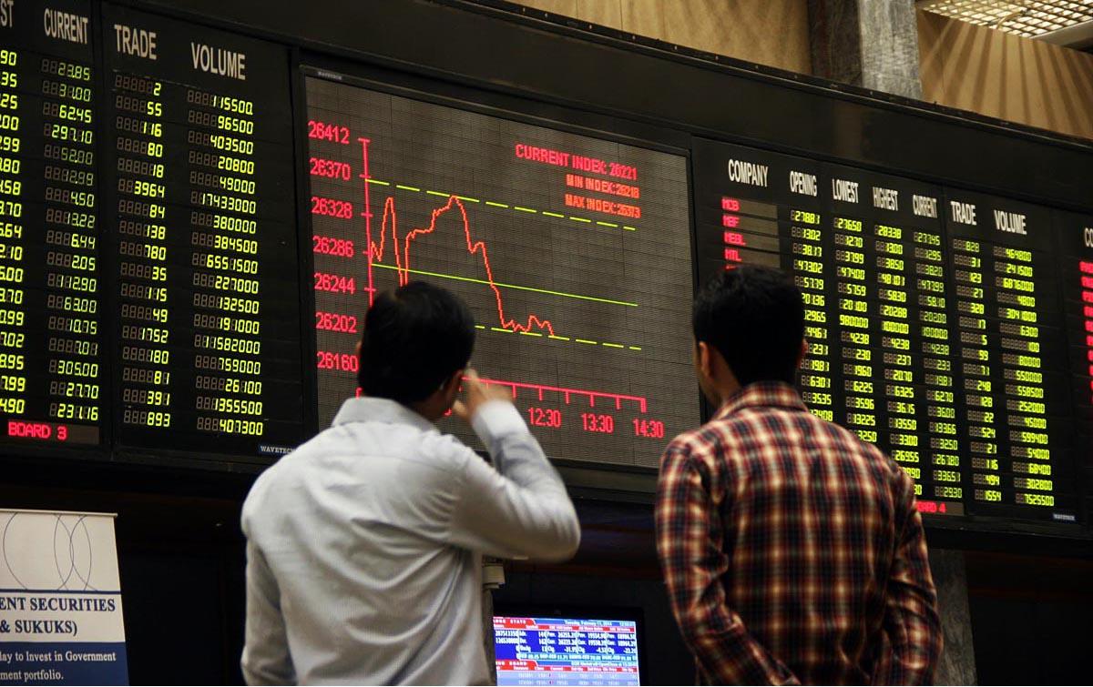 Px11-013 KARACHI: Feb11 – Brokers look at digital screen during bearish trend at Karachi Stock Exchange. ONLINE PHOTO by Sabir Mazhar