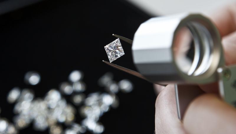 Grupo-De-Beers-rastrear-100-diamantes