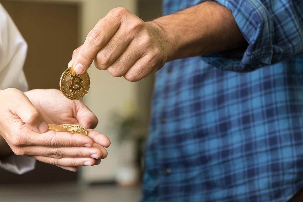 pagar-bitcoin-billetes-singapur-comercio