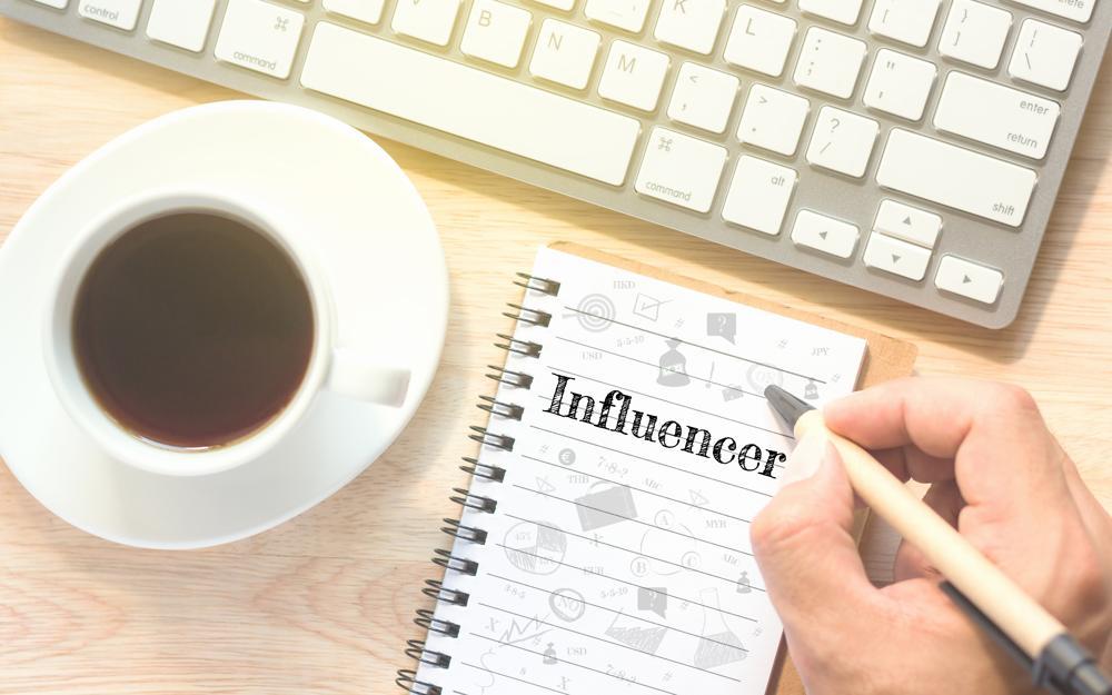 Influencers-cobran-por-buenas-críticas-criptoproyecto
