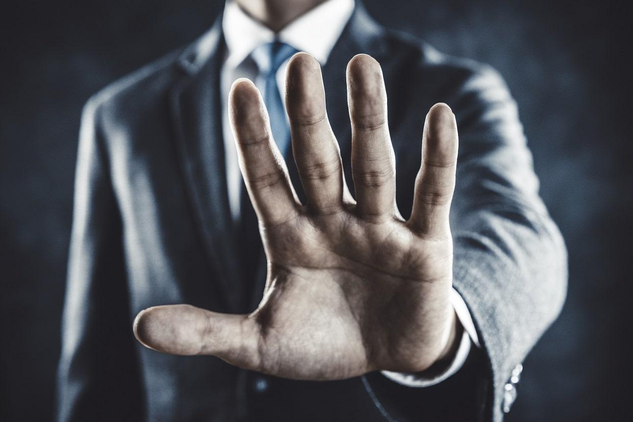 手のひらを前に出すビジネスマン