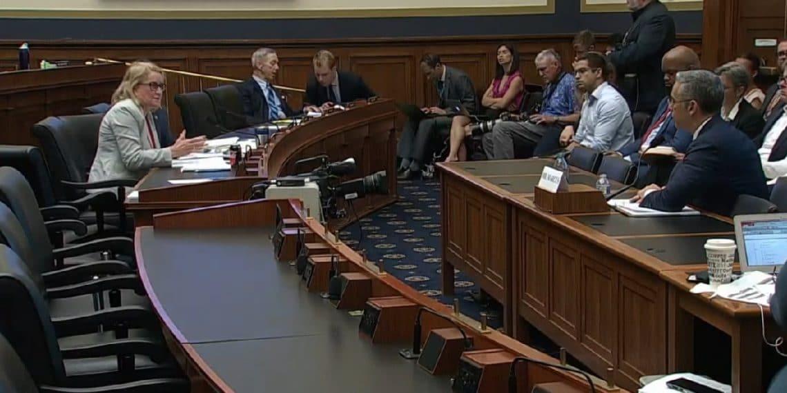 Imagen destacada por Comité de Servicios Financieros del Congreso de Estados Unidos  / Youtube