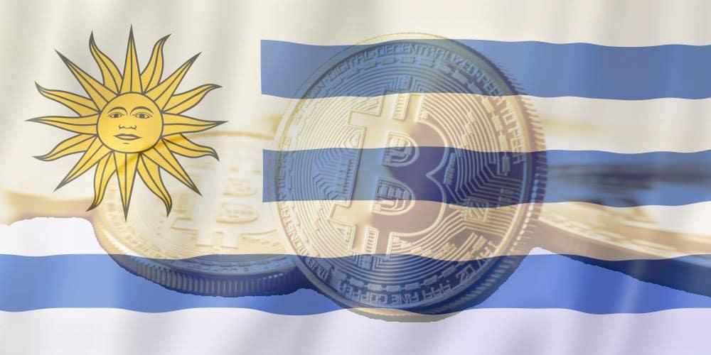 La bandiera dell'Uruguay era avvolta su una moneta di criptovaluta bitcoin. Rendering 3D