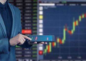 Trader con tableta frente a gráfico bursátil. Imagen de Gerd Altmann en Pixabay