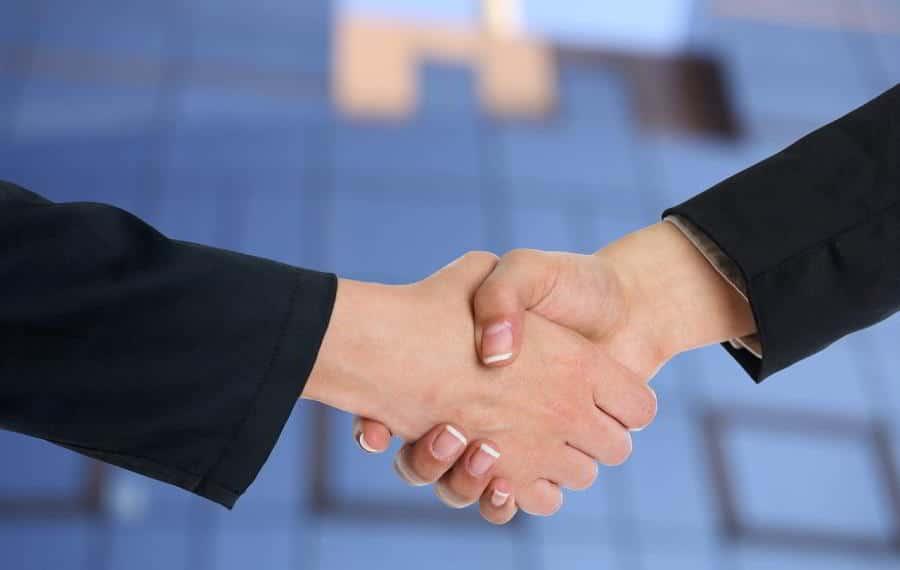 Apretón de manos entre dos ejecutivos. Imagen por Adam Radosavljevic / pixabay.com