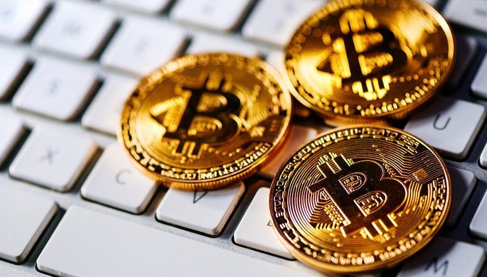 Representación de monedas de bitcoin sobre teclado de computador personal. Fuente: stevanovicigor/elements.envato.com