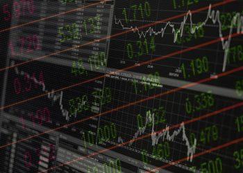 Pantallas de precios de acciones. Imágenes por AhmadArdity y 3844328 / pixabay.com