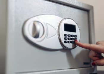 Almacenamiento de dinero en caja fuerte. Fuente:  nd3000/elements.envato.com