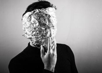 Un hombre con máscara de aluminio. Fuente: SplitShire/ Pixabay.com