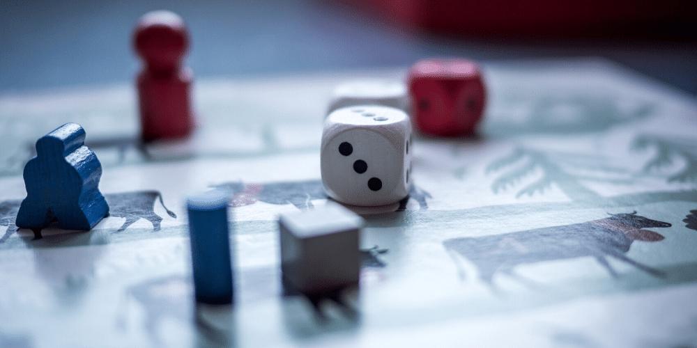 Tablero de apuestas con dados y piezas. Fuente: Pixabay/ Pexels.com