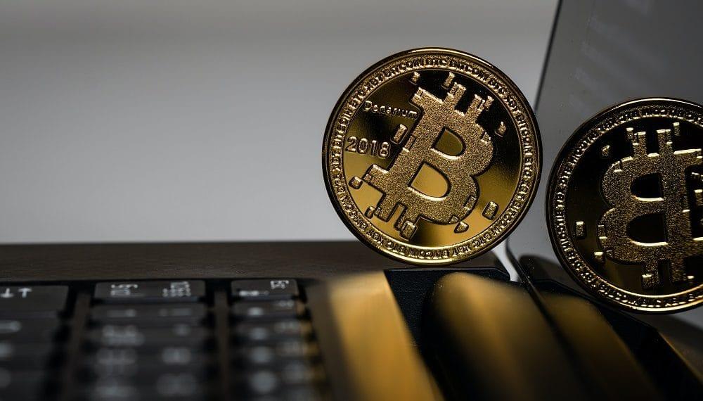 Bitcoin sobre teclado. Fuente: Aleksi Räisä /unsplash.com