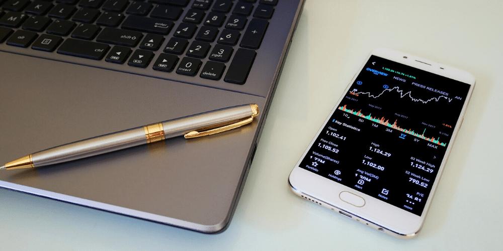 Telefóno celular con comrcialización de activos. Fuente: Audy0073/ Pixabay.com.