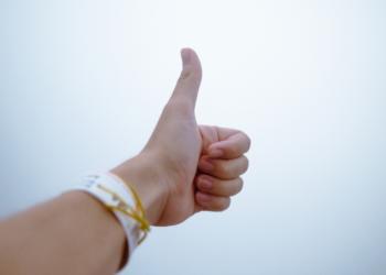 Un hombre alzando dedo en señal de confianza. Fuente: Donald Tong/ Pexels.com