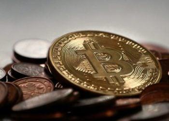 Un bitcoin entre monedas. Fuente: MichaelWuensch/ Pixabay.com