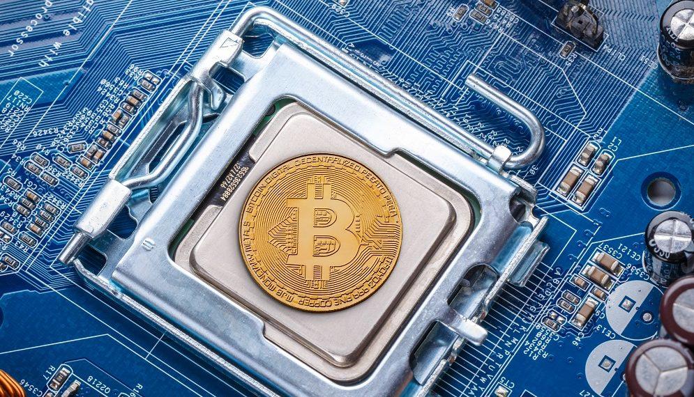 Moneda bitcoin enmarcada en procesador. Fuente: grafvision/elements.envato.com