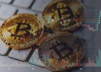 Representación de monedas de bitcoin sobre teclado de computador personal y fondo del gráfico de precio de BTC. Imágenes por TradingView.com y: stevanovicigor/elements.envato.com