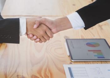 Dos personas cerrando un contrato. Fuente: Bongkarn/ Pexels.com