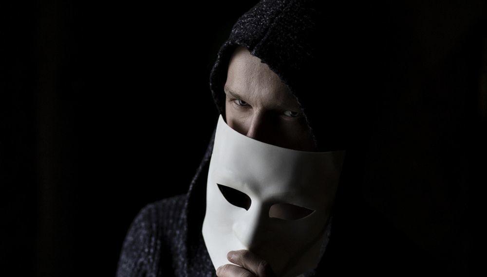 Un hombre misterioso desenmascarándose.  Fuente: StanWilliamsPhoto/ Pixabay.com
