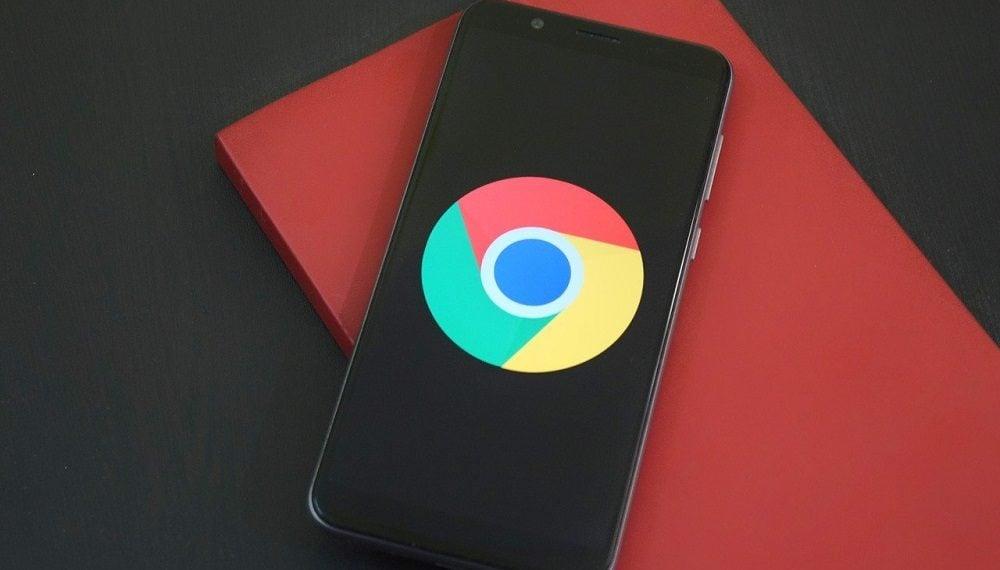 Teléfono móvil con logotipo de Chrome. Fuente: Deepanker Verma/elements.envato.com