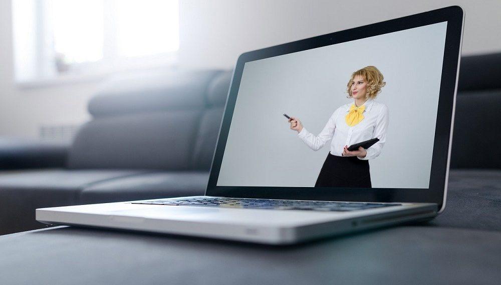 Laptop conectada para conferencia online. Fuente: Tumisu /pixabay.com