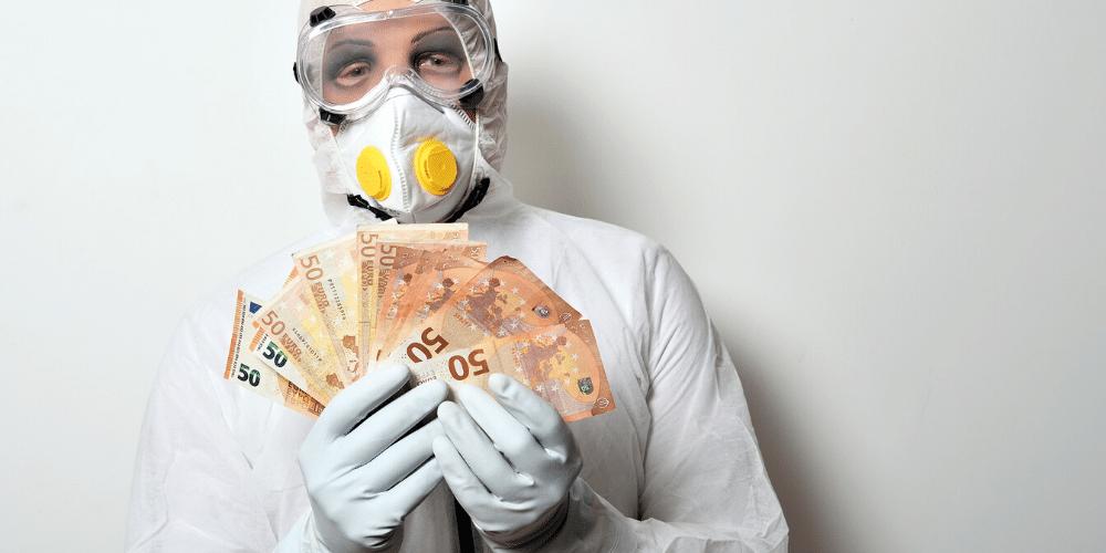 Un hombre sujeta billetes contaminados. Fuente: leo2014/ Pixabay.com