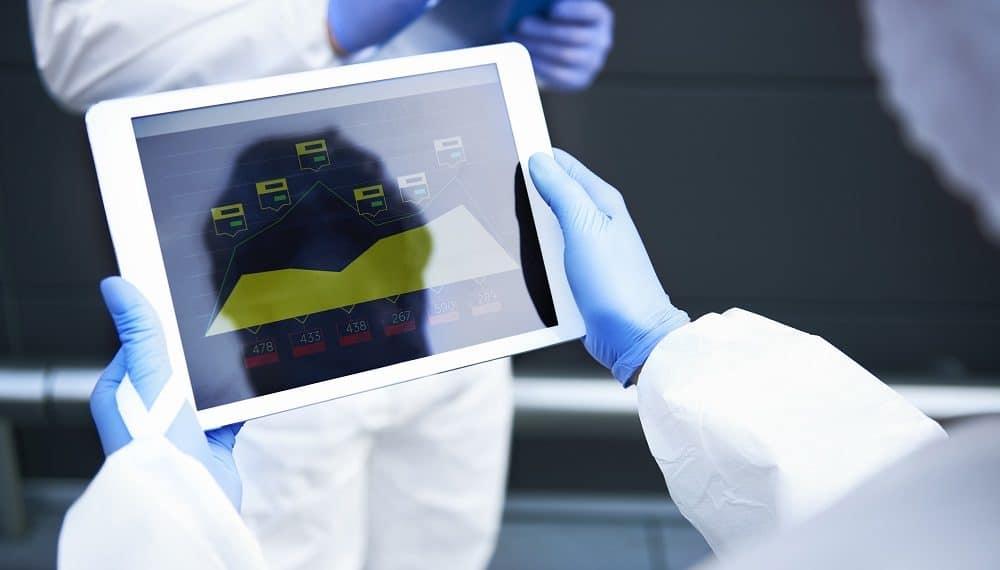 Estadísticas de Coronavirus en tableta digital. Fuente: gpointstudio/elements.envato.com