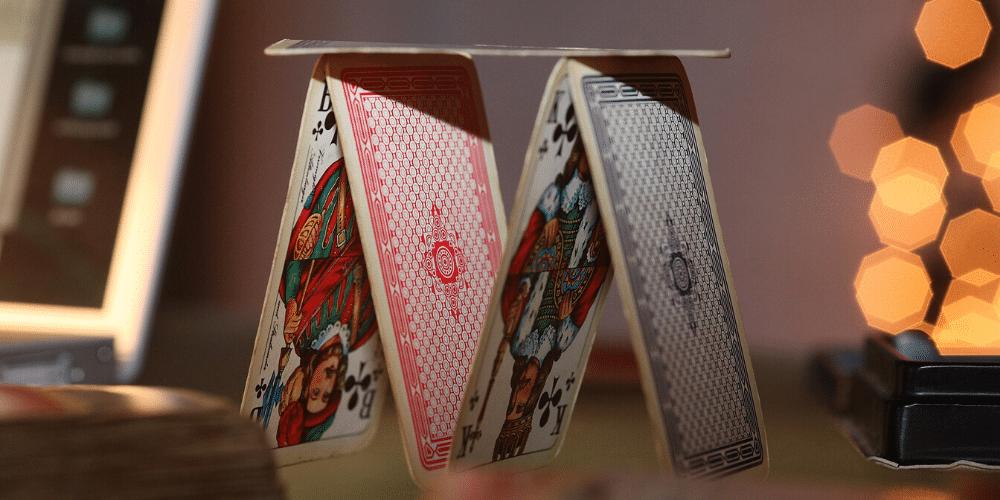 Una torre de naipes. Fuente: Ptra/ Pixabay.com
