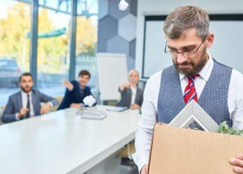 Hombre es despedido de su trabajo. Imagen por seventyfourimages / elements.envato.com