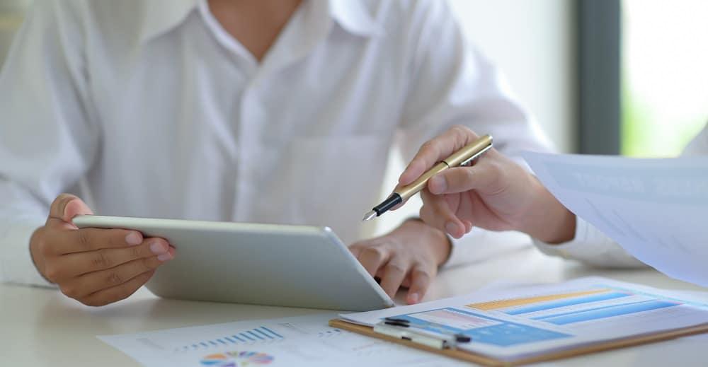 Los analistas evalúan los diferentes indicadores del mercado. Fuente: poungsaed_eco/elements.envato.com