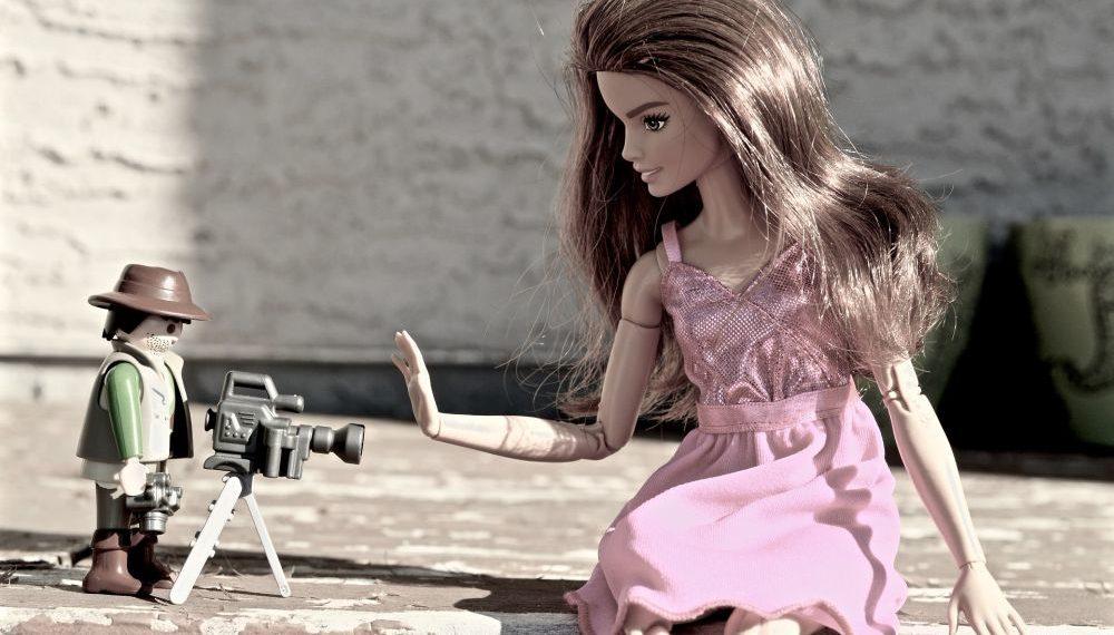 Una barbie acompañada con un muñeco de Lego camarógrafo. Fuente: ErikaWittlieb / Pixabay.com
