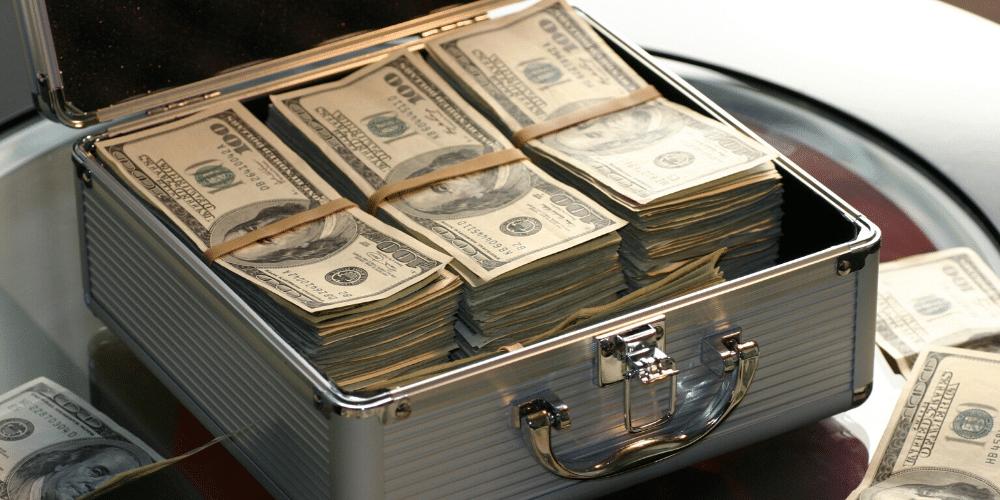 Un maletín repleto de dólares americanos. Fuente: Pixabay/ Pexels.com