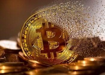 Moneda de bitcoin se disuelve a la mitad. Fuente: mohamed Hassan /pixabay.com