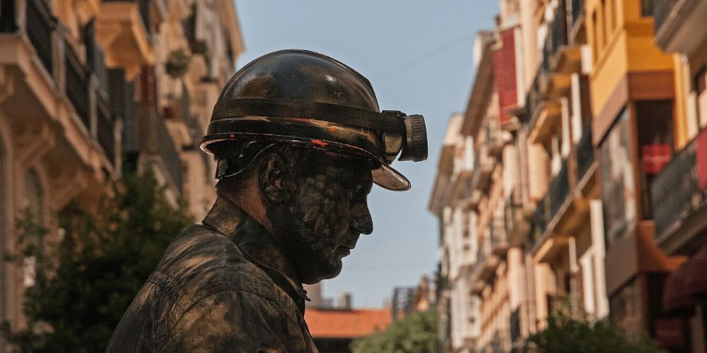 Un minero caminando por la ciudad. Fuente: 258817/ Pixabay.com