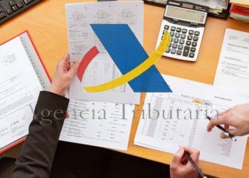 Logo de la Agencia Tributaria de España sobre escritorio. Imágenes de agenciatributaria.es y Oleg Magni / pexels.com
