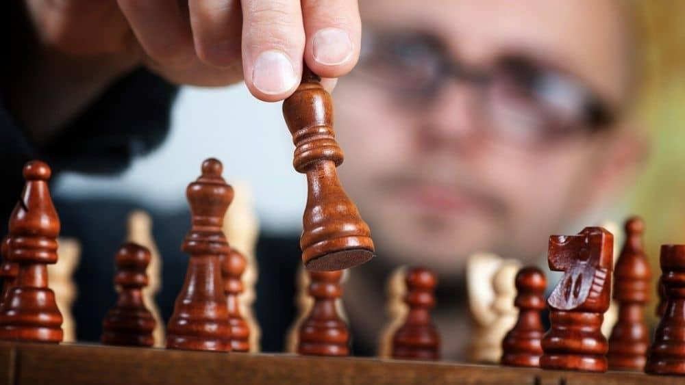 Persona concentrada en la jugada. Fuente: Michal Jarmoluk/pixabay.com