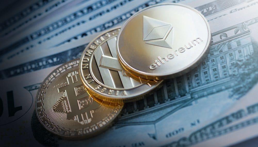Monedas de bitcoin, litecoin y ether sobre billetes de dólar. Fuente: macondoso/elements.envato.com