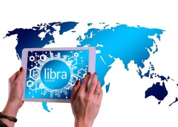 Tableta con alusión a Libra, de Facebook, sobre mapa del mundo. Fuente:  Gerd Altmann/pixabay.com