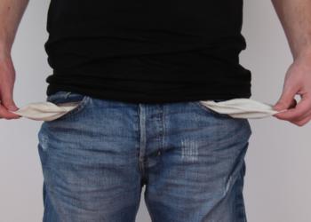 Un hombre con los bolsillos vacios. Fuente: schuldnerhilfe/ Pixabay.com