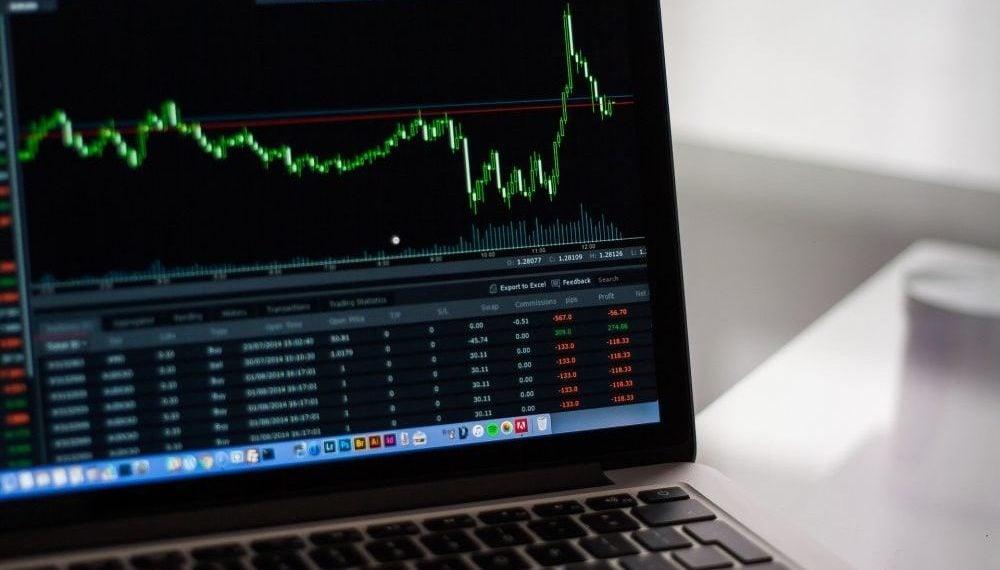 Computadora con gráficos de mercado de valores. Fuente: StockSnap/ Pixabay.com