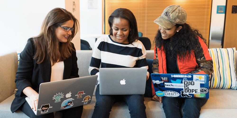 Tres mujeres frente a la computadora aprendiendo. Fuente: Christina Morillo/ Pexels.com