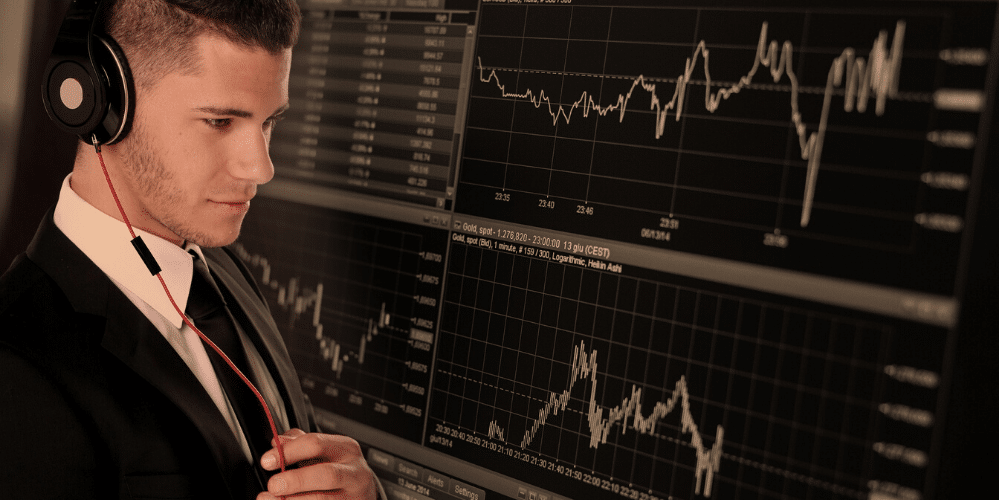 Un hombre viendo el mercado financiero. Fuente: Geralt/ Pixabay.com