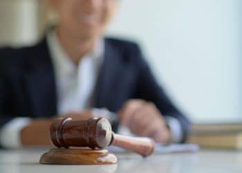 Imagen de mazo y abogado en el fondo. Fuente:  poungsaed_eco/elements.envato.com