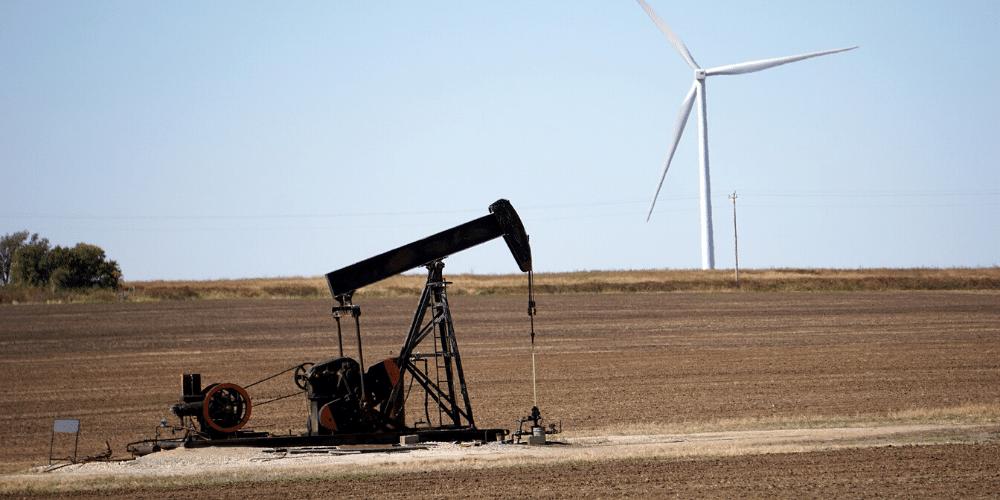 Una máquina bombea petróleo fuera de un pozo. Fuente: RJA1988/ Pixabay.com