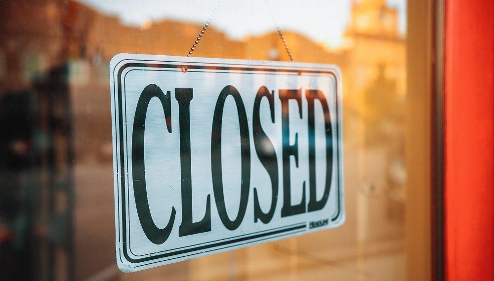 Puerta de negocio con indicador de cierre. Fuente: Evan Wise/unsplash.com