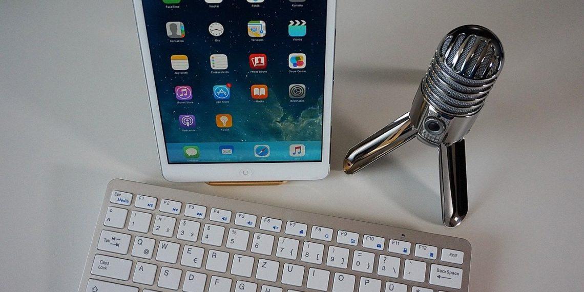 Micrófono junto a teclado y teléfono móvil. Fuente: Csaba Nagy/pixabay.com