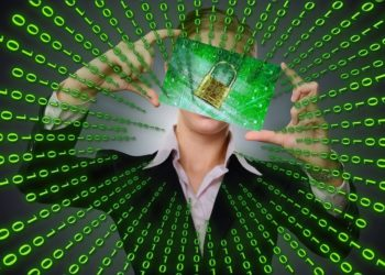 Matriz binaria y persona con imagen de candado. Fuente: Gerd Altmann/pixabay.com