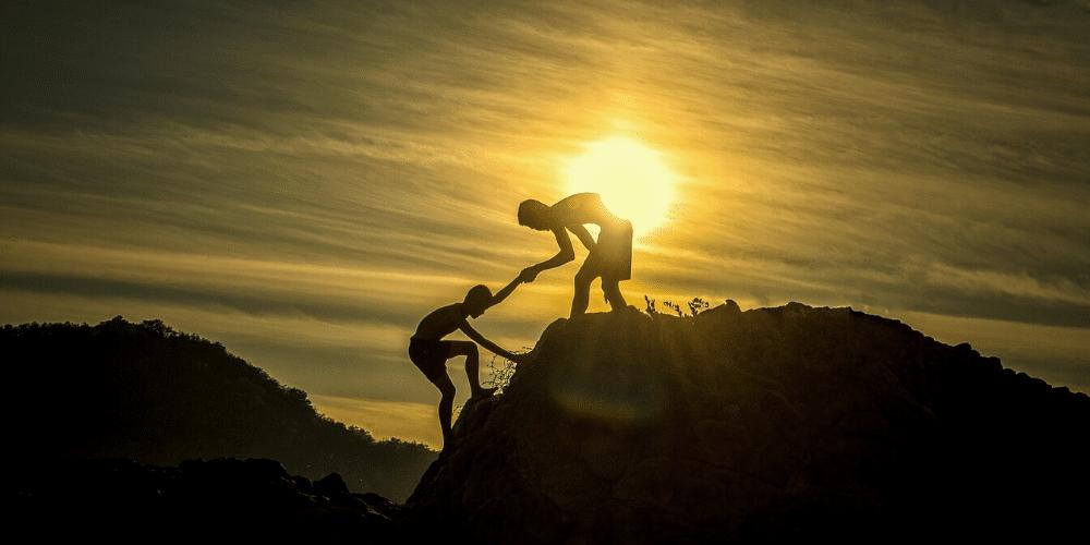 Dos personas subiendo una cuesta. Fuente: sasint/ Pixabay.com